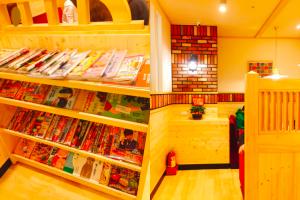 Komada咖啡店內裝潢是復古基調,左圖:豐富的日文書報 / 右圖:包廂式的座位